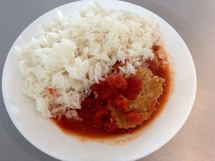 Placičky z králičího masa s česnekem na rajčatech a rýže