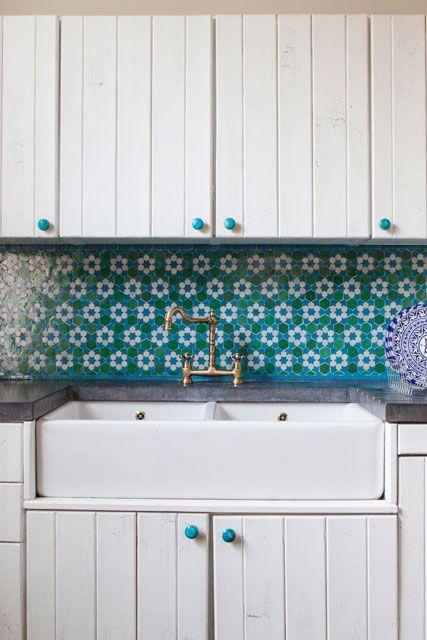 Талантливый английский дизайнер Клэр Мортон (Clare Morton) обустроила дом для большой семьи в историческом районе Лондона Ноттинг Хилл, наполнив его красочными марокканскими мотивами.
