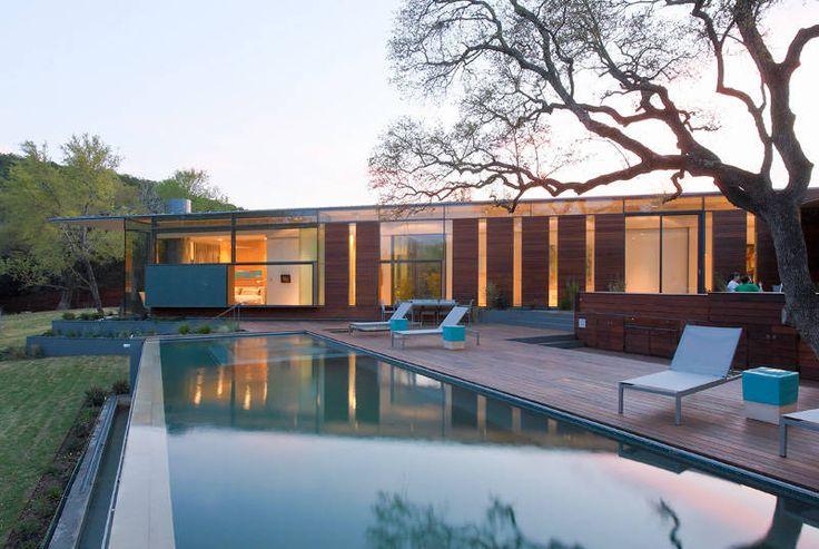 O projeto foi concebido menos como casa e mais como uma extensão e crescimento da pedra calcária e os aquíferos centrais do Texas.  O primeiro gesto...