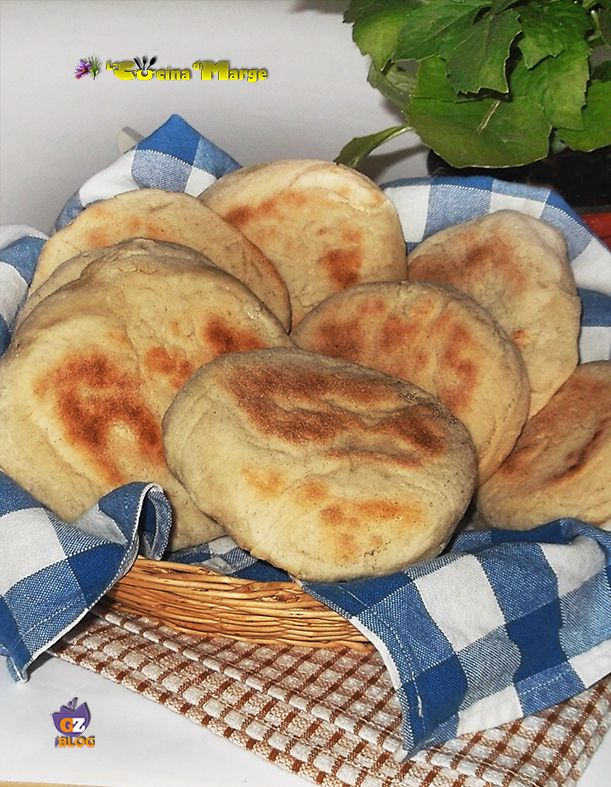 Buon Sabato la ricetta di oggi è Pane Arabo cotto in padella.O meglio panini cotti in padella  http://blog.giallozafferano.it/lacucinadimarge/pane-arabo