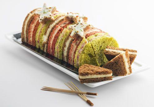 Bûche surprise Ce pain surprise en forme de bûche de Noël propose trois recettes gourmandes : bloc de foie gras de canard-marrons confits, saumon fumé-airelles ou crème au parmesan-cèpes. Au total, 30 mini sandwiches à partager lors du réveillon. Picard,...