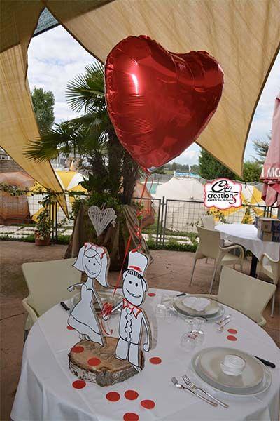 Centrotavola sposini in cartone personalizato con palloncino a cuore rosso, coordinato con la partecipazione. Realizzato da Cartone Magico - C&C Creations Eventi