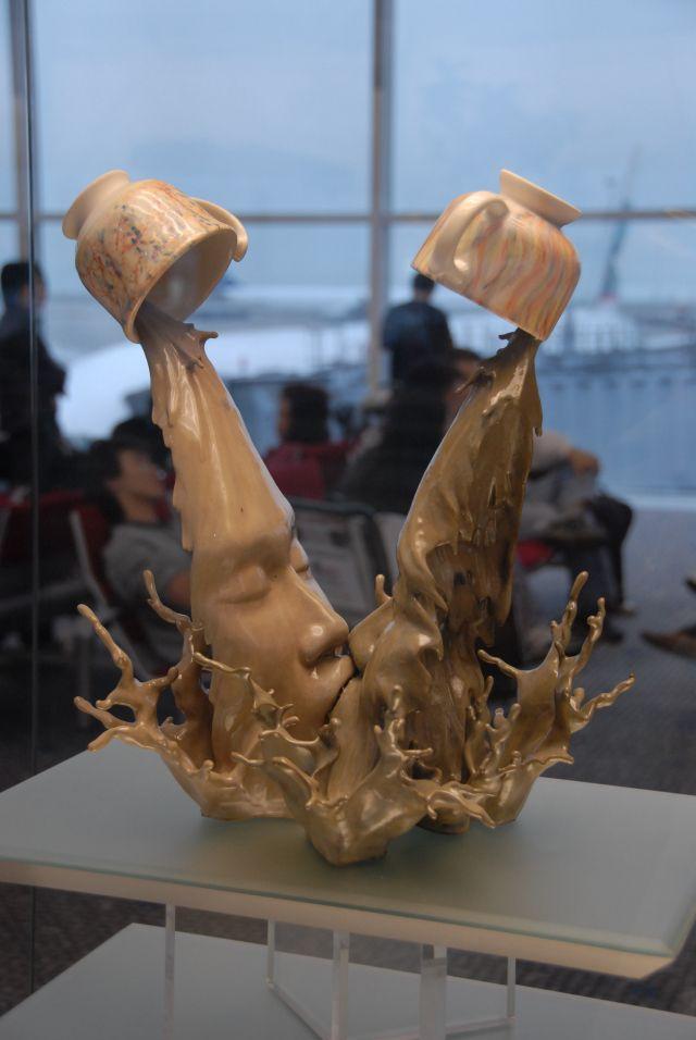 Des visages dans des éclaboussures par Johnson Tsang