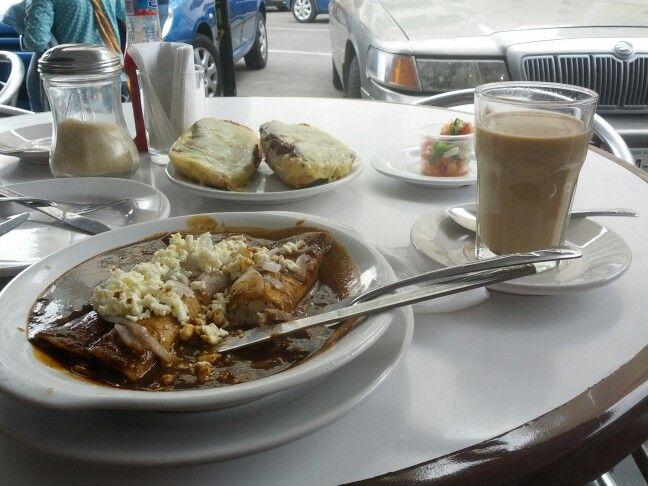Enchiladas de Mole y café lechero - La parroquia Veracruz