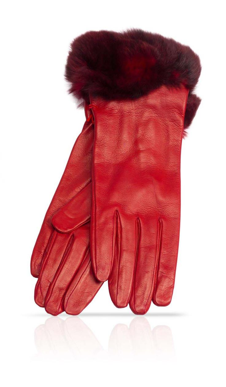 Un'emozione da indossare. Guanti da portare nella stagione fredda mantenendo un look frizzante anche con un clima decisamente più rigoroso. La pelliccia che sfuma nei colori della pelle, e la corta lunghezza, dona un'allure tutt'altro che convenzionale. Fuori dal comune.