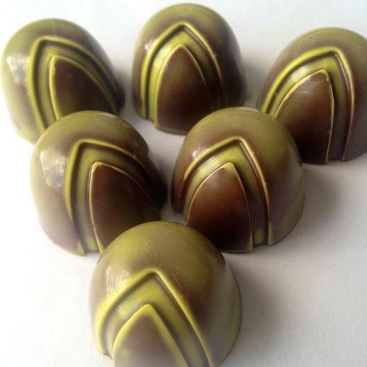 Felices disfrutando nuestra nueva conjugación:  LULO CON MEZCAL Desde hoy en la vitrina de Lachoco Latera Chocolatería Bienvenidos