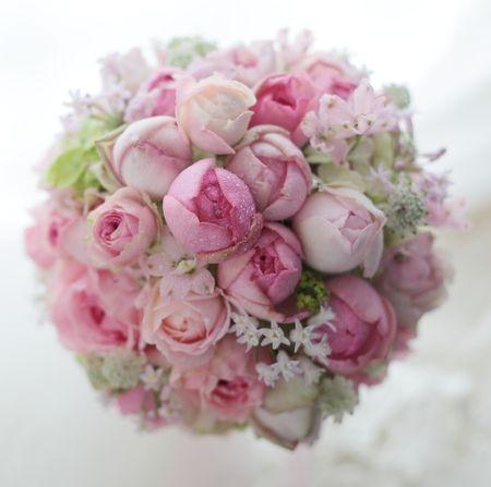 ホテルオークラの花嫁様、ピンクのドレスが本当にかわいい方でした。お揃いのミニクラウンと一緒に。時折、クラウンのみ、ウエルカムリースのみというお問い合わせを...