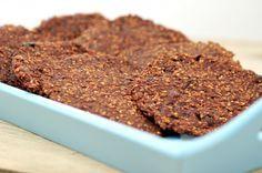 Chocolade-koekjes, Banaan - 2 Havermout - 80 gram Cacao - 3 theelepels Kaneel - 1 theelepel Rozijnen - 40 gram Geraspte kokos - 1 eetlepel Bereidingswijze: Verwarm de oven voor op 180 graden,banaan prakken en alles door elkaar mengen.Op vel bakpapier lepel vd mix scheppen en plat drukken. Schep hier steeds een lepel van de mix op en duw dit met de bolle kant van de lepel tot een ronde koek, 25 minuten in midden vd oven. Dit recept is goed voor ongeveer 8 koekjes