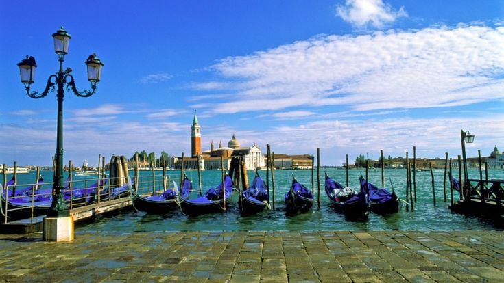 Венеция — это город для влюбленных, здесь часами можно бродить по улицам, путешествовать на гондоле и пить кофе в уютных кафе.