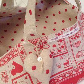 Per abbellire il portatorte potete fare un cuoricino imbottito decorato con un bottoncino in madreperla e attaccarlo con un cordino ad uno dei manici. Il portatorte è finito!Se ti piace ma non sei pr