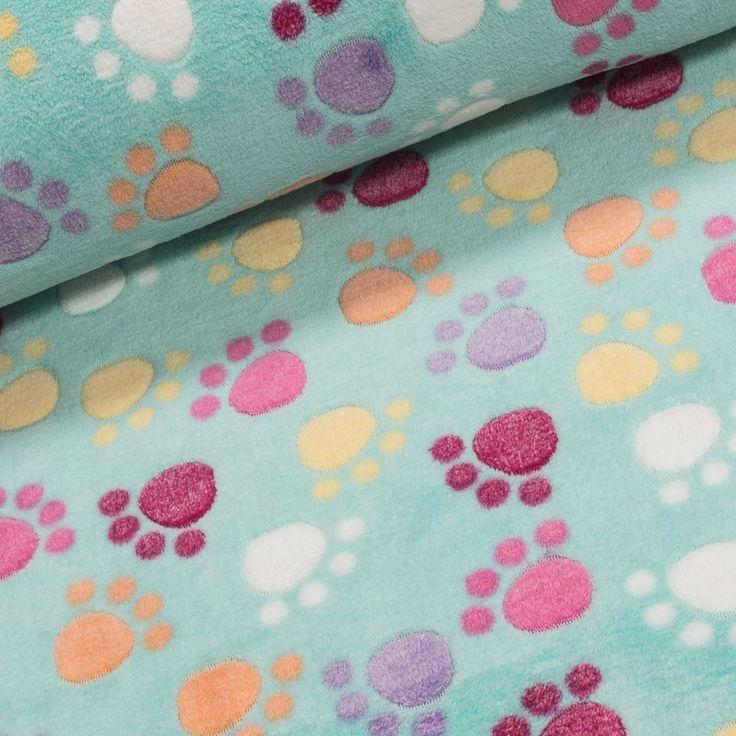 Mikroflanel / flanel fleece ŤAPKY barevné tlapky na zelené, š.150cm (látka v metráži) | Internetový obchod Chci Látky.cz