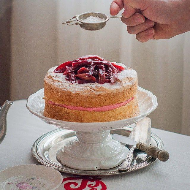 Gluten free rhubarb cake. | najlepszy biszkopt pod sloncem #glutenfree #cake #rhubarb #rabarbar #ciasto #tort #bezglutenu #omnomnomnom #yummyfood #foodpic #foodlove #foodie #osmykolorteczy #mniam #picoftheday