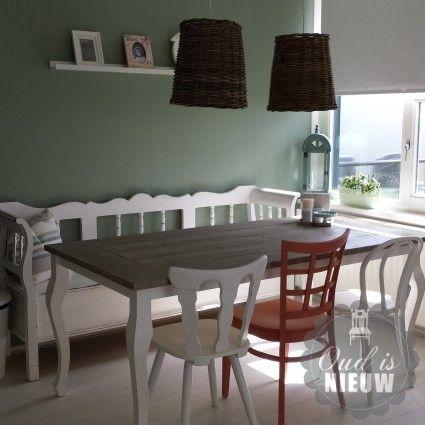 Queen Ann tafel gecombineerd met klepbank en verschillende caféstoelen. Mix en Match! @Oudisnieuw @Biddinghuizen