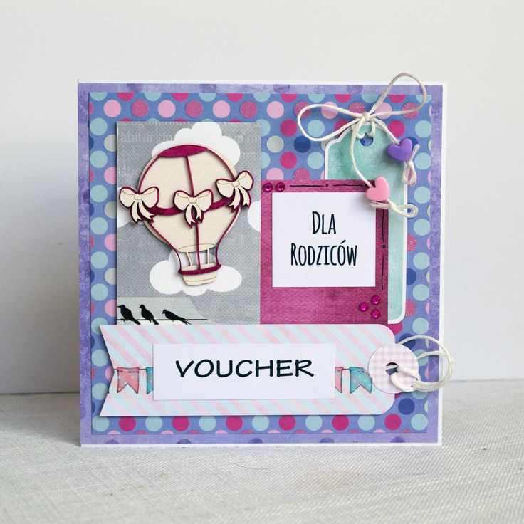 Cukierkowe kartki – vouchery były prezentem dla rodziców wręczonym podczas wesela. Zaproszenia w kolorystyce dziecięcej mają symbolizować zbliżające się narodziny wnuka, którego dumni dziadkowie wkrótce odwiedzą – wykorzystując prezent-zaproszenie. Uroczy prezent <3 #podziękowania #dlarodziców #kartka #birthdaycard #papercard #papercrafts #craft #handmadecard #handmade #kartkanaslub #scrapbooking #scrapbookingcards #rekodzielo #kartkaweselna #wesele #weddingcard