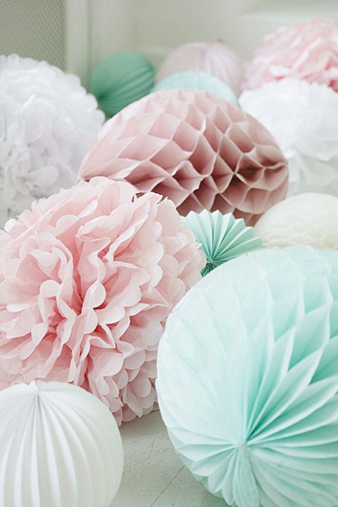 Boules de couleur en papier fait grâce à l'origami, permet de transformer la feuille en une sphère, créer un volume, un objet.