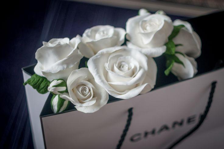 Безумно люблю эти нежные белые розы! В них и скромность и роскошь и чистота и страсть!