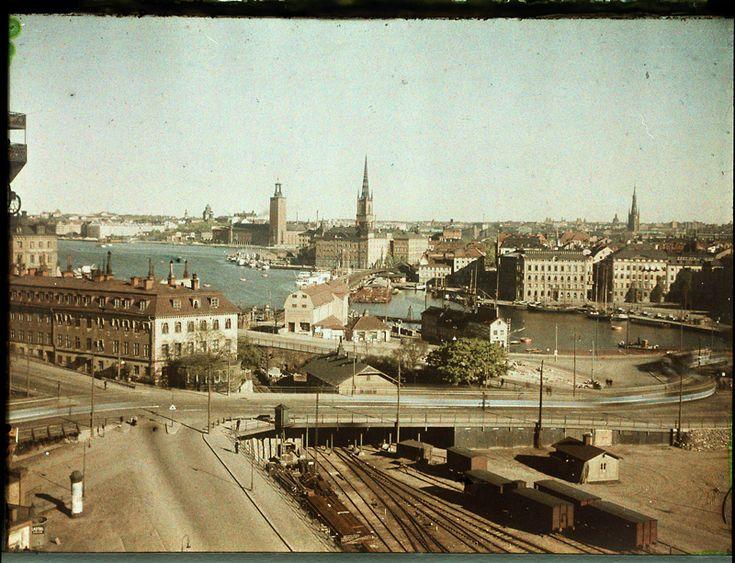 Vy över Gamla slussen, med Östra Slussgatan mot Riddarholmen och Kornhamnstorg 1928. Restaurant Pelikan till vänster. Foto Gustaf W:son Cronquist
