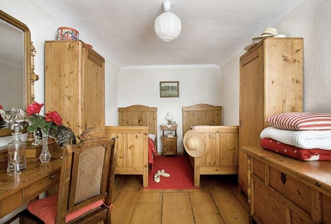 Mała sypialnia dla dwóch osób. Fot. Jan Brykczyński Sypialnia mała w stylu rustykalnym http://www.werandacountry.pl/domy/urzadzamy-dom/17244-sypialnia-mala-i-dobrze-urzadzona #bedroom #design #home #diy #house #architecture #project #small #room #dog #funny #great #rustical #boho #romantic #inspirations #pics #best  #sypialnia #łóżko #aranżacja #inspiracje #pies #biały #mała #pokój #mały #dom #rezydencja #country #styl #prowansalski #rustykalny #country