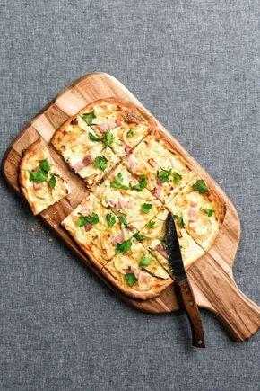 Het beste recept voor flammkuchen | Bodem:325gram bloem,1 zakje gist,15 ml olijfolie. Kneden 5-7 min.,1 uur laten rusten. Uitrollen en verdelen in 4 stukken. Topping: 8 eetl. Craime fraiche en 150 gr.plakjes boerenspek en 200 gram gruyère en 1 ui,bak 10 min. tot slot peterselie er over. Bak op 240 graden.
