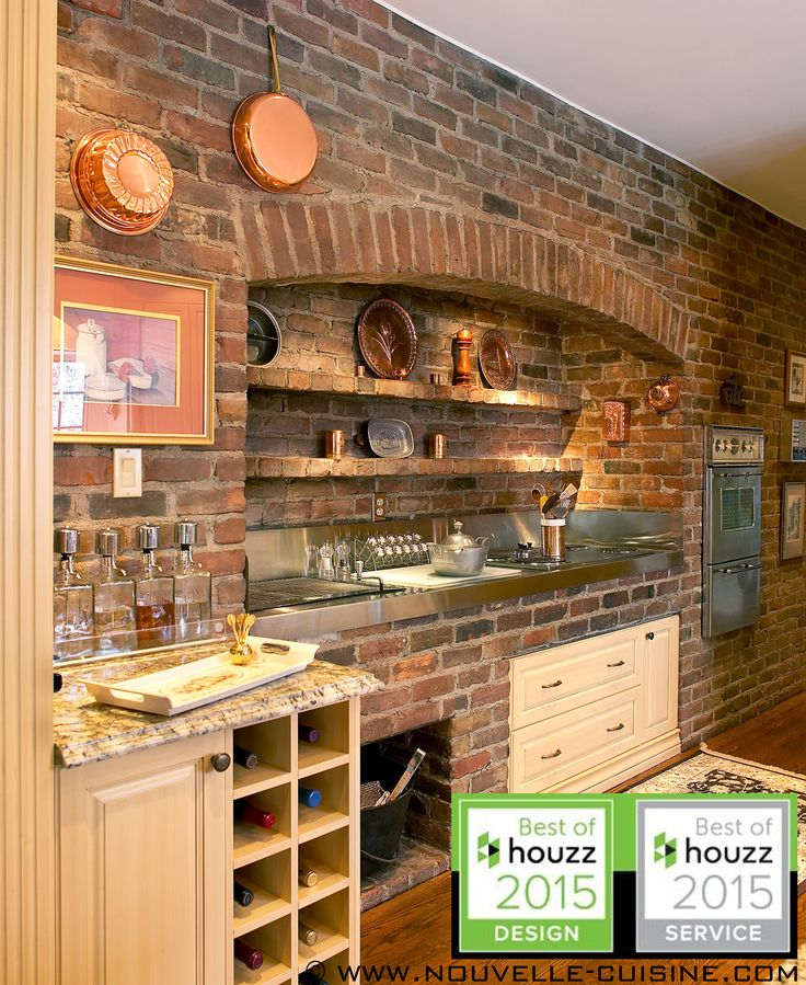 Kitchen cabinets in solid wood and granit countertops. / Armoires de cuisine en bois massif et comptoirs en granit.