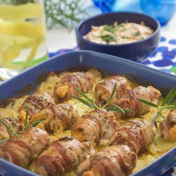 Baconlindade kycklingrulader på potatisbädd med morotstsatsiki.