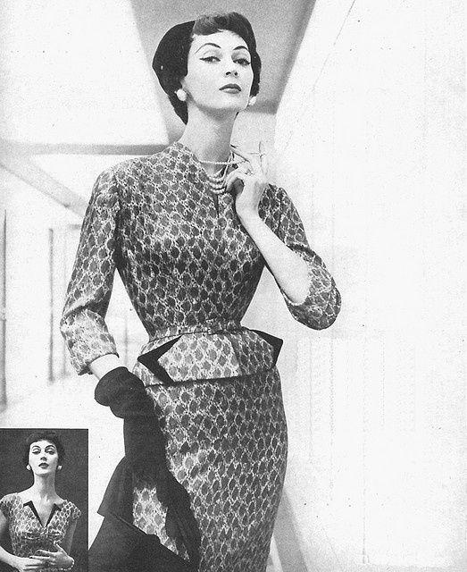 Fotos originais dos anos 50   Como os sutiãs dos anos 50 eram pontudos e rígidos por causa das costuras e enchimentos a silhueta também ficava empinada, uma marca da época