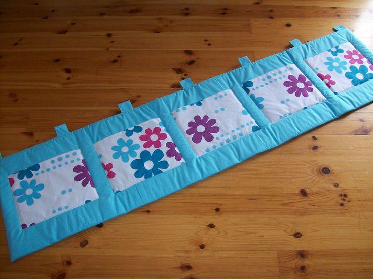 Kapsář za postel , slouží ne jen jako krásná dekorace do dětského pokojíčku ,ale také plní funkci zateplení od studené zdi a především se do kapsiček na kapsáři dají schovat jak hračky, tak různé poklady vašich děti.  Šité ze 1oo% bavlny, plněno 200g vatelínem ,5x velká kapsa na ukládání pokladů . ROZMĚRY: cca 200 x 50 + 5 cm poutka