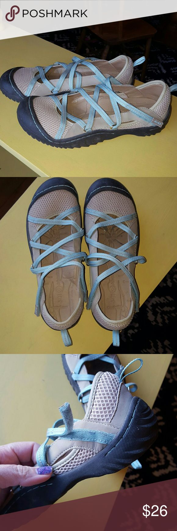 J-41 Genesis flats Super comfy tan and baby blue flats with grippy black soles. Size 7. Jeep Shoes Flats & Loafers