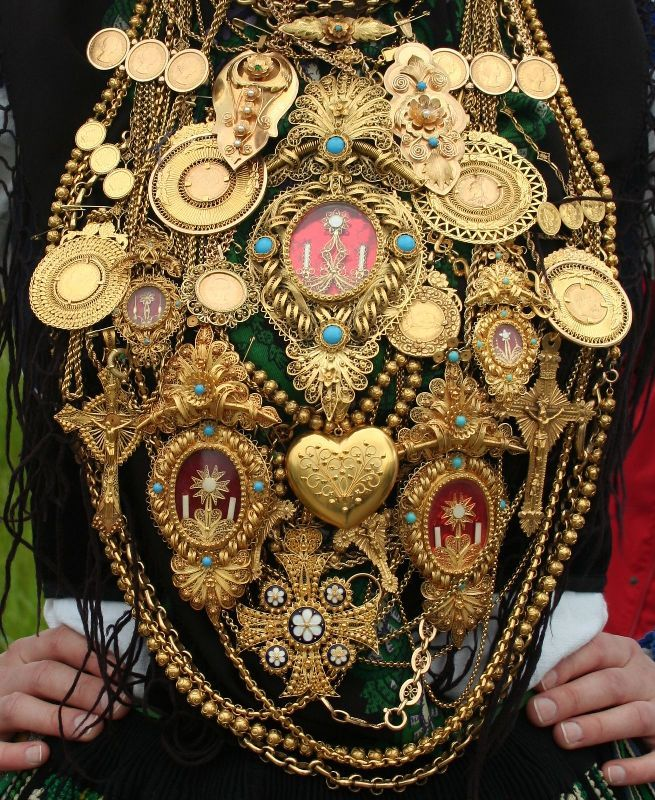 Typical costume of #Viana do Castelo with several #gold #filigree jewelry pieces #Portugal