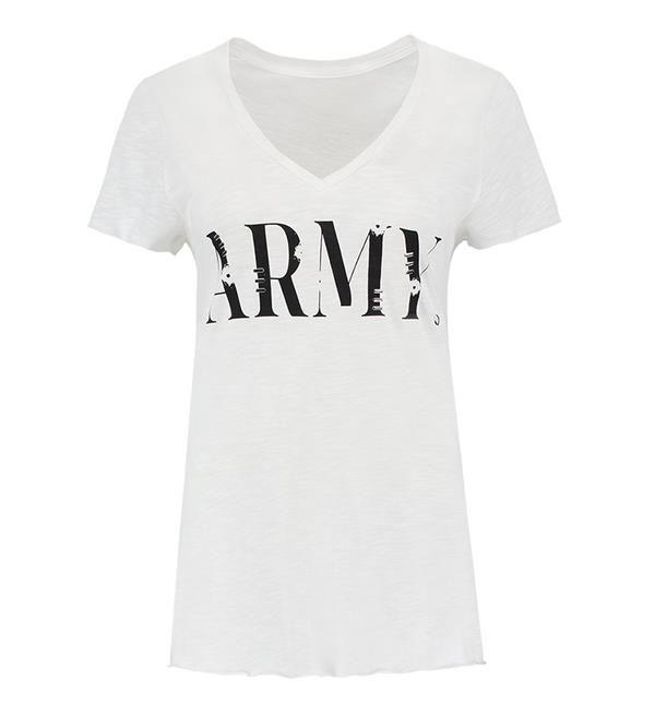 Nikkie t-shirt, model Army. Shortsleeve met v-hals en print ARMY met enkele langwerpige studs. De mouwen en de onderzijde van het shirt zijn onafgewerkt voor een stoere look.