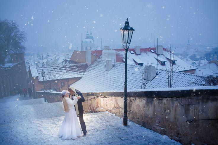 Зимняя прага свадебное фото снег чвадьба в Праге зимой фотограф Прага
