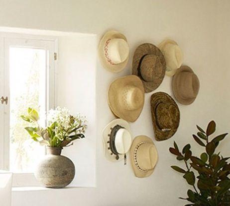 chapeaux de paille accrochés au mur pour une jolie déco - Le blog deco de MLC