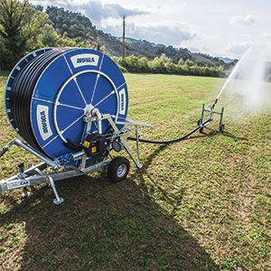 El cañón enrollador es una máquina de lluvia móvil autopropulsada que facilita el riego con la mejor relación coste/beneficio. Versátil, eficiente y fácil de usar, utiliza un tubo de polietileno de media densidad con un espesor elevado para mejorar la precisión de rebobinado.