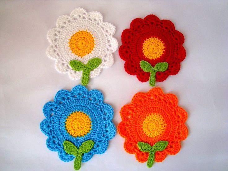 Kit composto por 4 porta copos de crochê em formato de flores. Bonito, divertido, lúdico e muito charmoso para decorar a sua mesa! Feito a mão. <br> <br>Fazemos em outras cores, consulte.