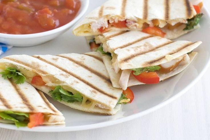 16 april - Rode paprika in de bonus - Waan je even in een zonig oord met deze quesadilla's met gerookte kip en paprika - Recept - Allerhande