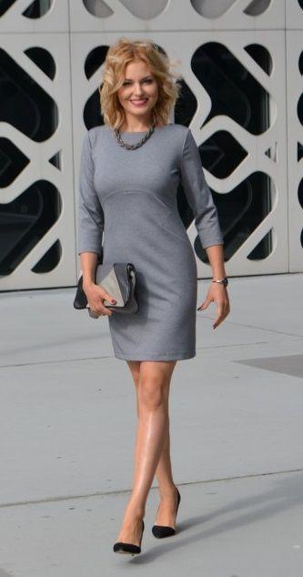 Szara, elegancka sukienka na co dzień. Posiada geometryczną konstrukcje, która optycznie wyszczupla oraz podkreśla talię.  Gray business dress
