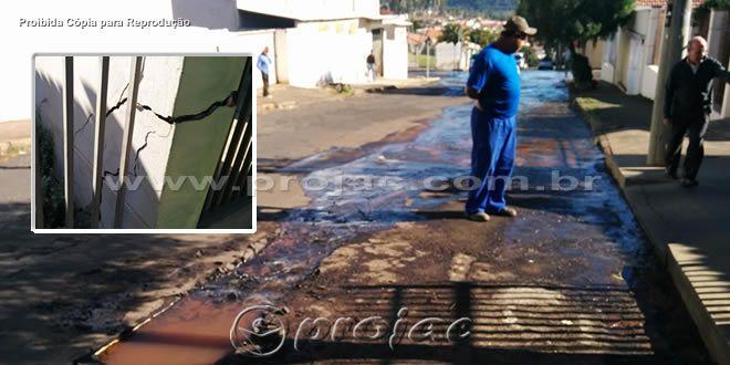 Rompimento em rede de água da Sanepar causa enormes rachaduras em residências - http://projac.com.br/noticias/rompimento-em-rede-de-agua-da-sanepar-causa-enormes-rachaduras-em-residencias.html
