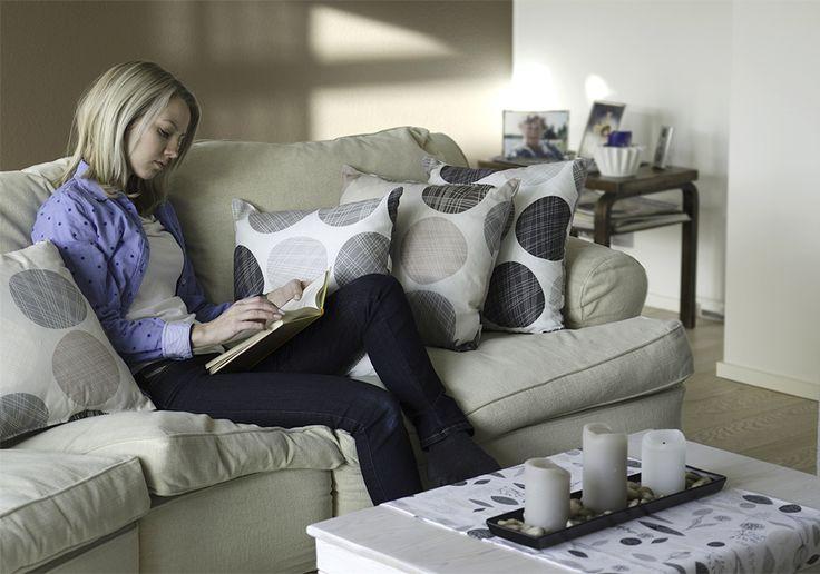 Päivän paras hetki on kotona // Pehmeitä sävyjä ja harmoniaa, tyynyissä beige ja harmaa Murikka.