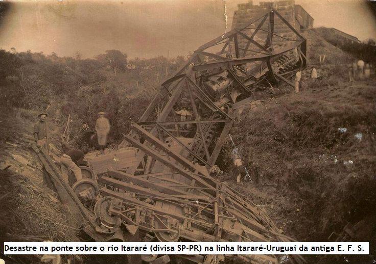 """Desastre na ponte sobre o rio Itararé (divisa SP-PR) na linha Itararé-Uruguai da antiga E. F. S. Paulo-Rio Grande. Eu estou achando que este foi o desastre de 1924, que acabou com a ponte metálica que somente foi refeita em definitivo mais de 10 anos depois (no intervalo, foi ereta com a célebre """"fogueira"""" de troncos)."""