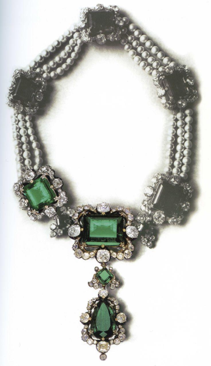 Foto d'epoca della collana della Regina Maria Adelaide. Le parti a colori indicano i pezzi che ancora oggi mantengono la montatura originale. La collana è stata smontata dopo il 1983.