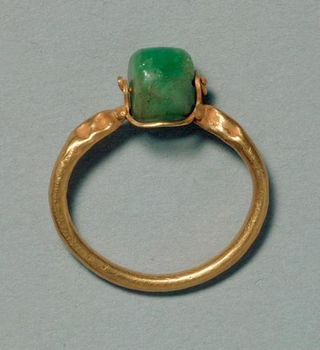 Schmuck: Fingerring mit Perle aus Beryll.  Römisch.    1.–2. Jh. n. Chr.