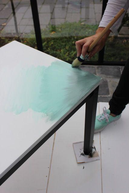 Stap 8: Juist als de verf nog nat is, lopen de kleuren mooi in elkaar over en krijg je het trendy 'ombre' effect.