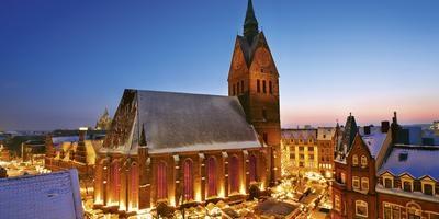 Ein Panoramabild des Weihnachtsmarktes in der Altstadt. Hannover