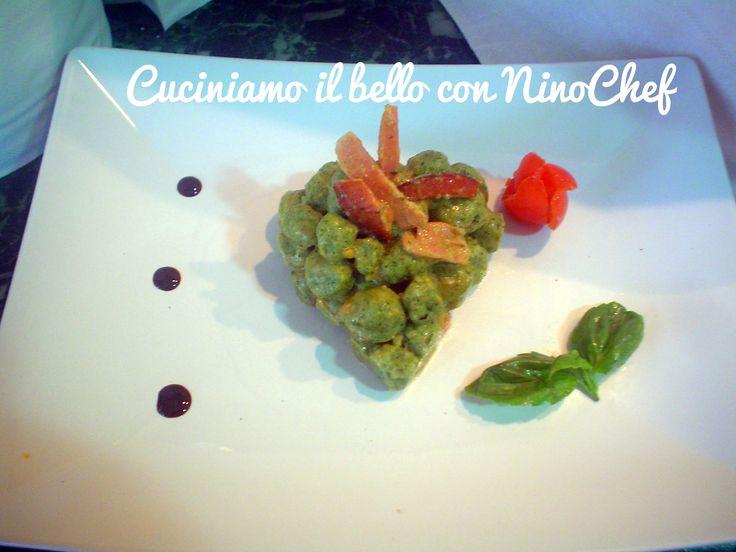 San Valentino. Perle di ricotta e spinaci salsati con pomodorini speziati accompagnati da speck croccante con decoro di
