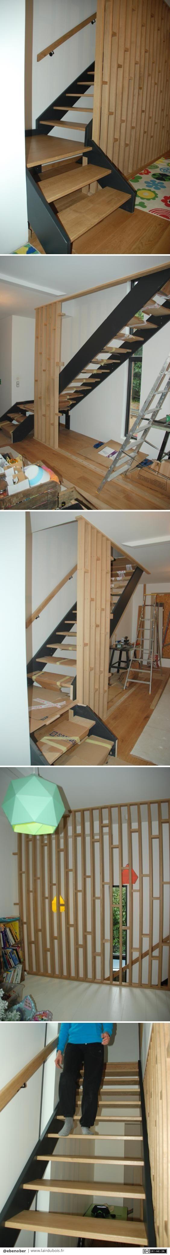 Un escalier quart-tournant avec palier à une volée et deux claustras - rdc et étage    fait il y a quelques années pour des amis.  Les limons sont en sapin du Jura et les marches en chêne, ainsi que la rampe.  Les claustras également en chêne.  toutes les têtes de vis sont cachées par bouchons.    Nos grands virtuoses de l'escalier trouveront ça bien facile...mais pour moi c'était le premier !  J'étais pas tranquille avant que ce soit fini !  Par précaution le limon gauche est fixé au mur…