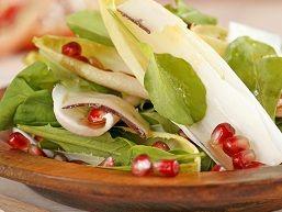 De granaatappel is een superfood, vol vitamine A, C en E en ijzer. Er wordt zelfs beweerd dat de ruime aanwezigheid van anti-oxidanten in de vrucht je lichaam en huid langer jonger houdt.   Gemengde salade met granaatappel-vinaigrette Met granaatappelpitten krijgt een simpele gemengde salade een bijzonder accent en een extra frisse noot. Ingrediënten…