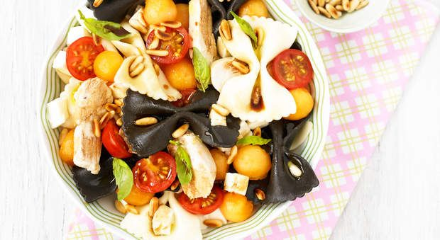 Salade de pâtes en noir et blanc, émincé de pouletUne folle envie de pâtes ? Mettez de la couleur dans votre assiette, et innovez avec cette salade de pâtes en noir et blanc et émincé de poulet.
