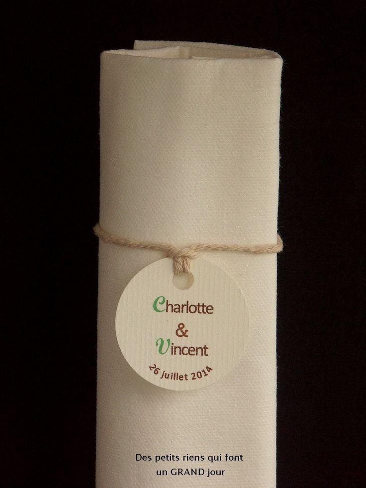 Rond de serviette pour un mariage esprit nature en cordelette beige agrémenté d'une étiquette ronde personnalisée
