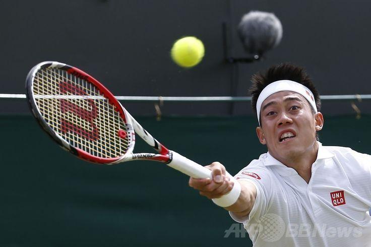 テニス、ウィンブルドン選手権(The Championships Wimbledon 2014)男子シングルス4回戦。リターンを打つ錦織圭(Kei Nishikori、2014年7月1日撮影)。(c)AFP/ANDREW COWIE ▼2Jul2014AFP|錦織、ラオニックに敗れ8強ならず ウィンブルドン選手権 http://www.afpbb.com/articles/-/3019373 #The_Championships_Wimbledon_2014 #Kei_Nishikori