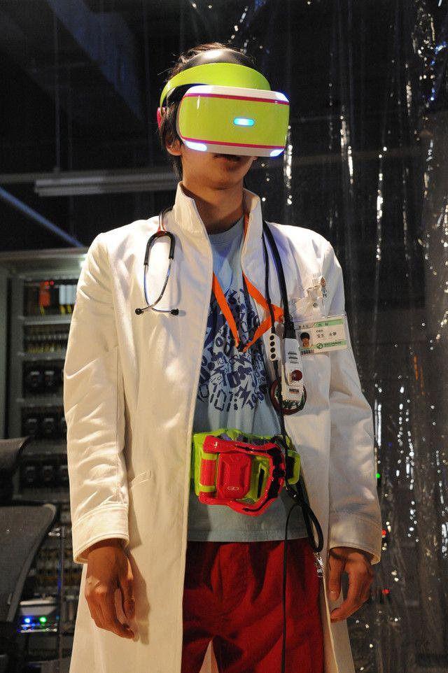 「劇場版 仮面ライダーエグゼイド トゥルー・エンディング」より、「幻夢VR」を装着した宝生永夢。